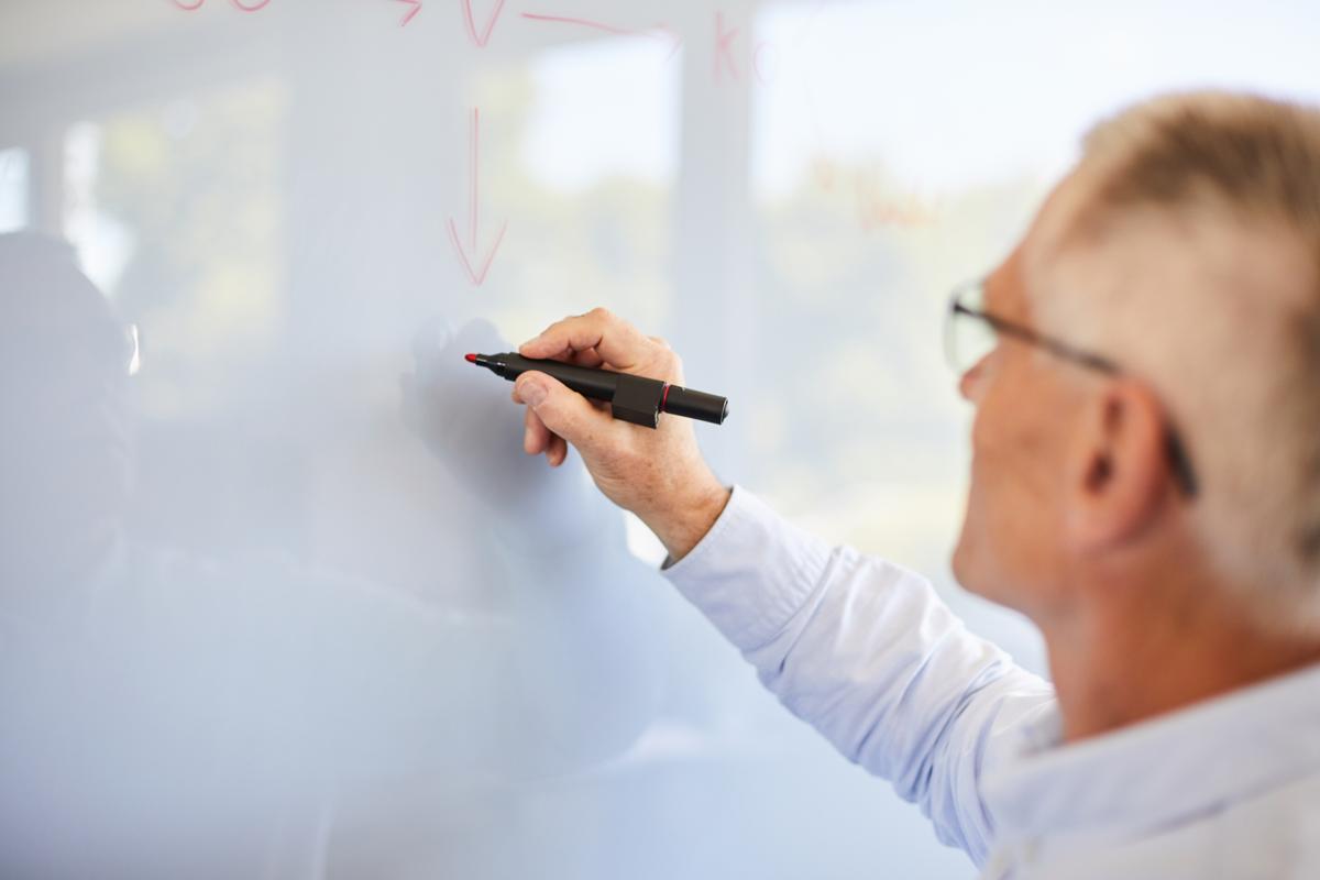 konsulent skriver på whiteboard