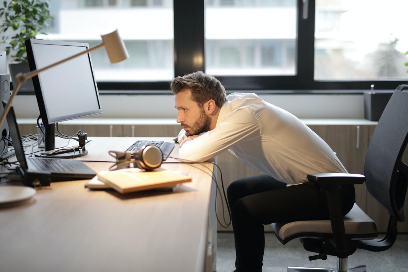 mand foran computer