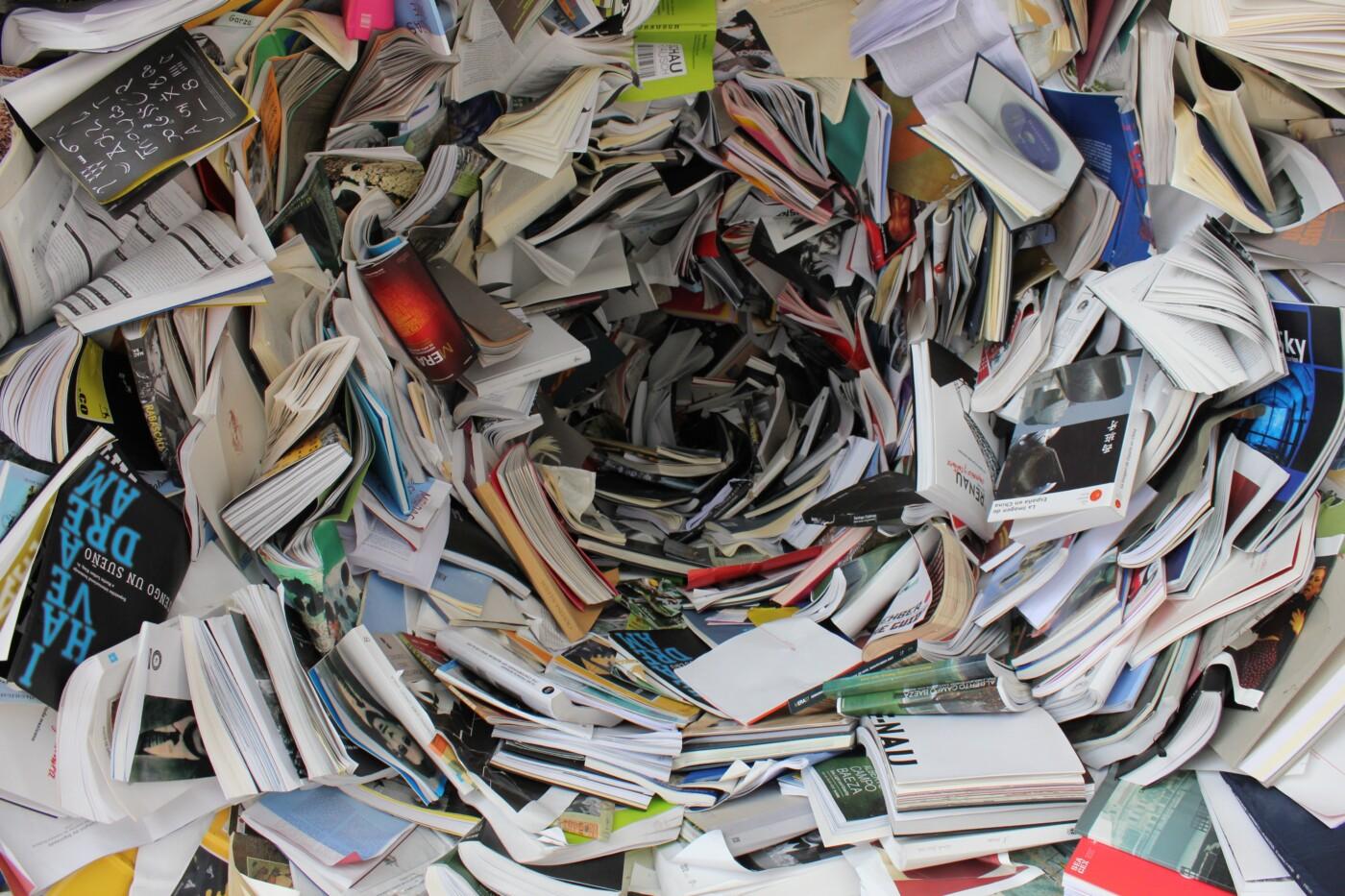 bøger og papirer i bunke